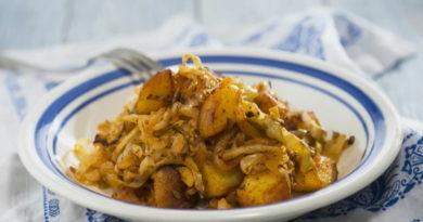 Жареная картошка с квашеной капустой и луком