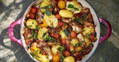 Хрустящие куриные бедрышки с картошкой и помидорками черри