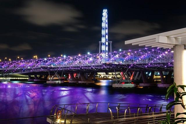 Электронные браслеты во время карантина для всех, кто прибывает в Сингапур