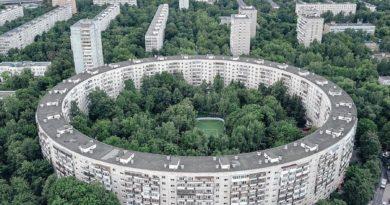 """Какова причина создания и особенности """"домов-бубликов"""" в Советской Москве?"""