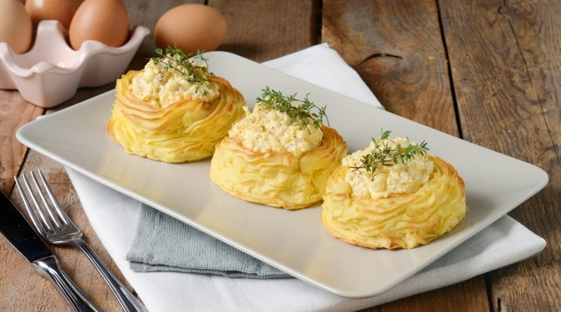 Картофельные гнезда с начинкой из яиц