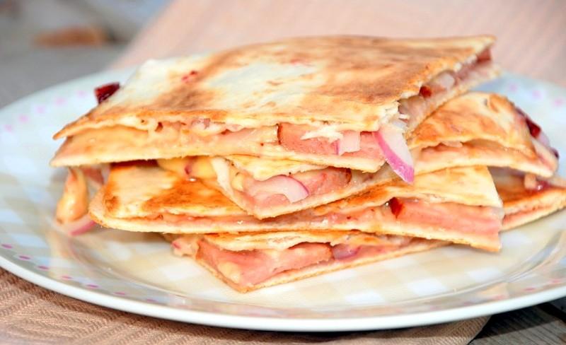 Кесадилья с сыром и колбасой