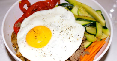 Овощи с яйцом и фаршем Бибимбап