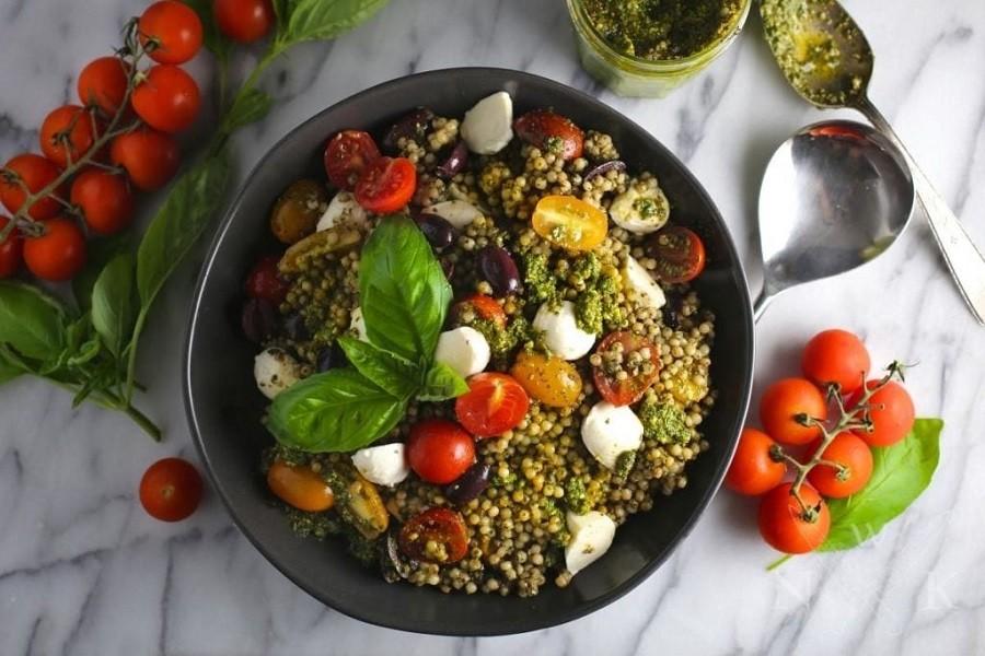 Салат с кускусом, песто, помидорками и моцареллой