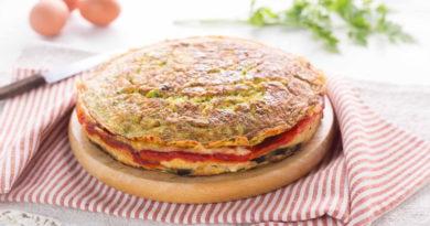 Закусочный торт из омлета, овощей и сыра
