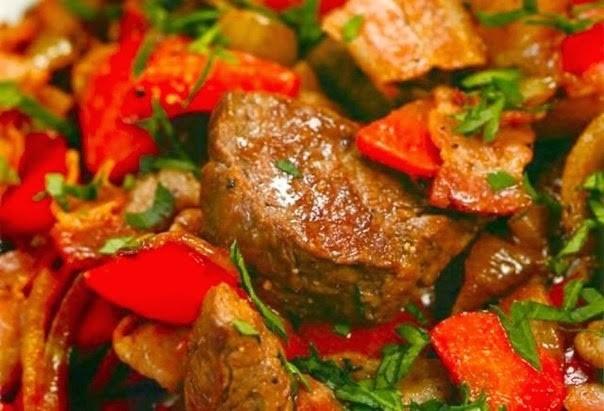 Мясо тушеное с шампиньонами и сладким перцем