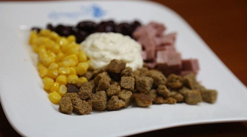 Салат с ветчиной, фасолью и сухариками за 4 минуты