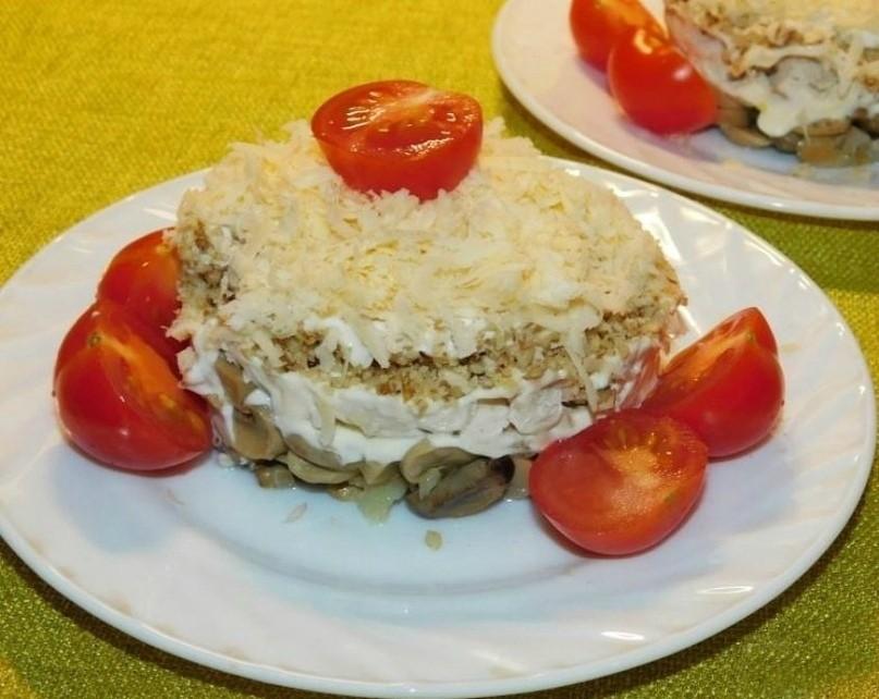 Слоеный салат с курицей, грибами и грецкими орехами