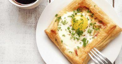 Слойки (с яйцом ветчиной и сыром) на завтрак