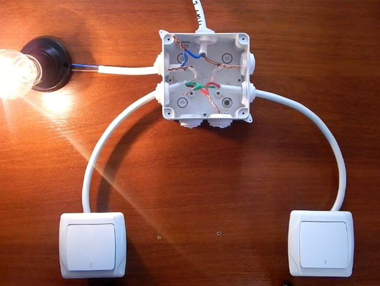 Простая схема проходного выключателя с двух и трех мест