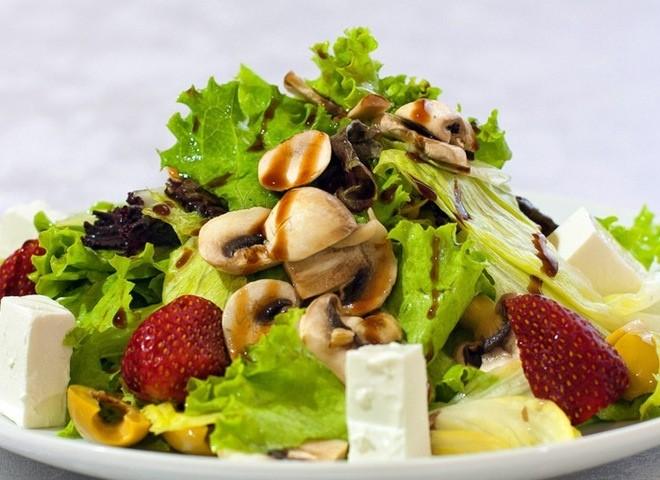 Салат из шампиньонов с фруктами и сыром