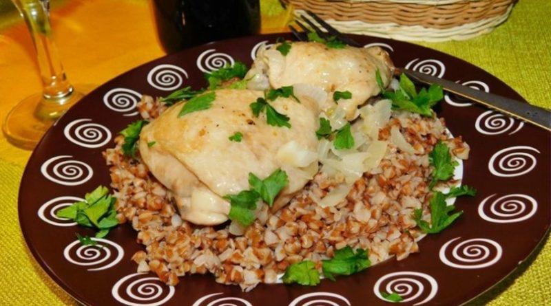 Куриные бедра с луком и базиликом в сливках
