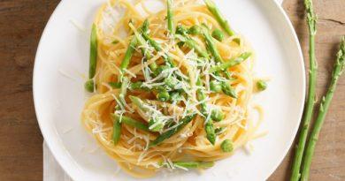 Паста со спаржей, зеленым горошком и сыром