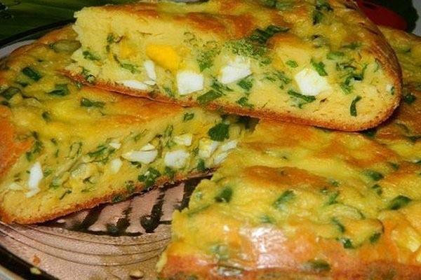 Простой пирог с зеленым луком и яйцом в мультиварке