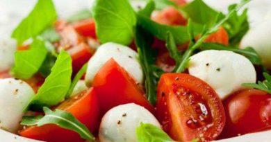 Салат с авокадо, черри и моцареллой