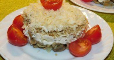 Слоеный салат с куриным филе, грецкими орехами и черри
