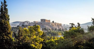 Греция сократит срок карантина для туристов на праздниках