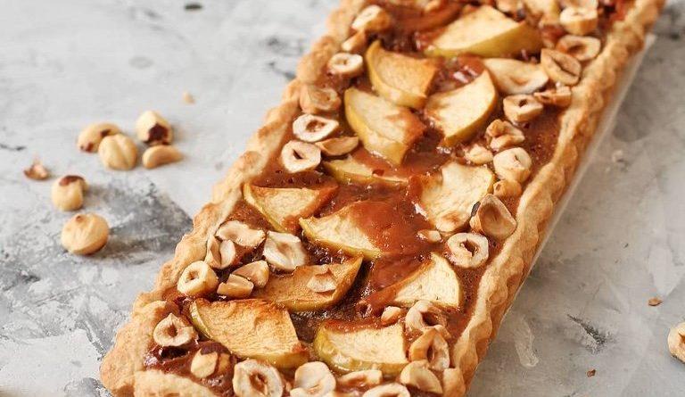 Яблочный пирог с шоколадом, карамелью и орехами