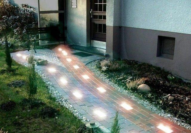 Устраиваем световую дорожку во дворе