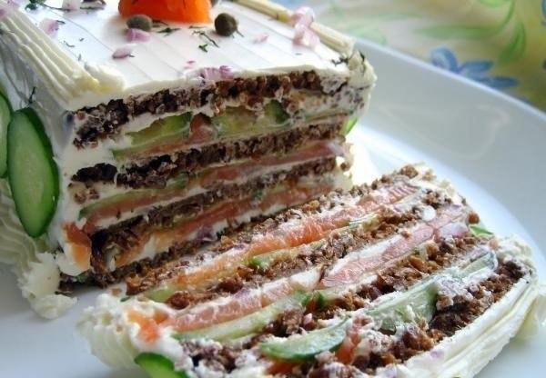 Бутербродный торт с копченым лососем и мягким сыром