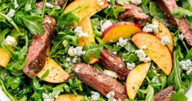 Салат с персиками и ломтиками говядины