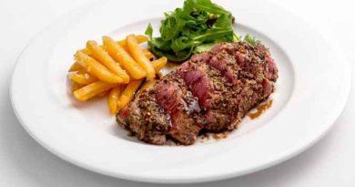 Свиной стейк с перцем, сливками и бренди