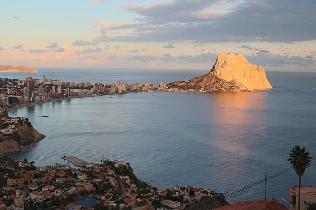Испания намерена начать туристический сезон уже этим летом