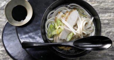 Японский суп с лапшой и куриной грудкой в соусе Терияки