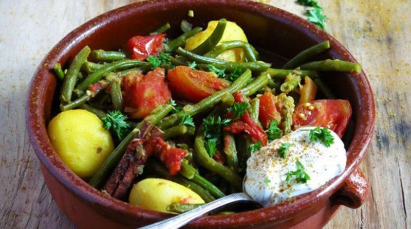 Картофель с зеленой фасолью и помидорами