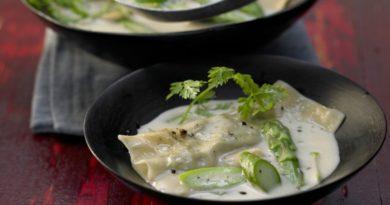 Легкий кокосовый суп со спаржевыми клецками