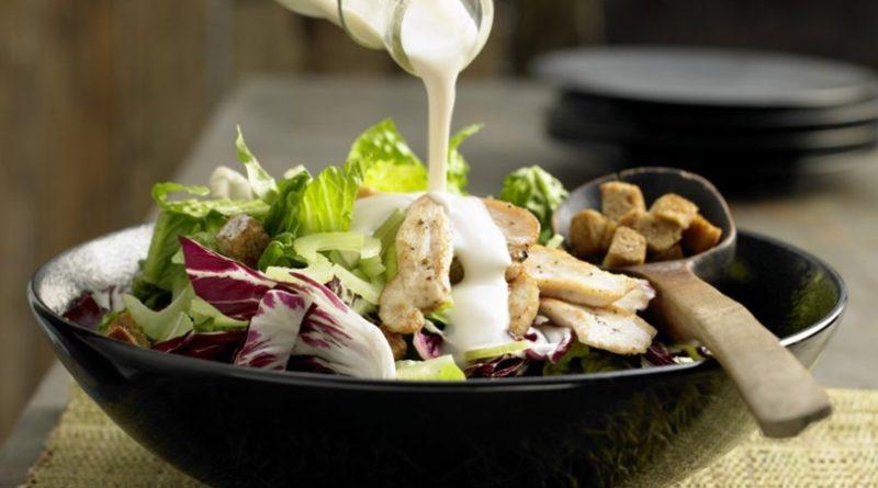 Салат с куриными ломтиками и тофу