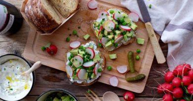 Тартины с рикоттой, авокадо и редисом