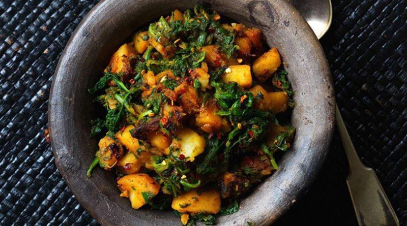 Жареный картофель со шпинатом