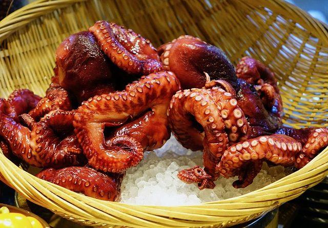 Как едят живых осьминогов в азиатских странах