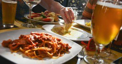 Права потребителя в ресторане: когда можно не платить за заказ, а когда — подать в суд