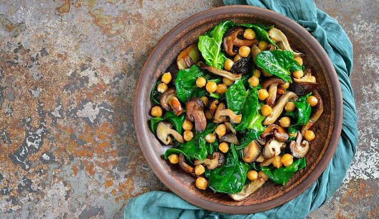 Теплый салат с грибами и нутом