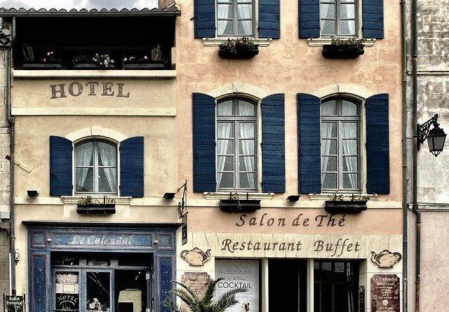 Власти Франции ослабят ограничительные меры, связанные с поездками в ряд стран