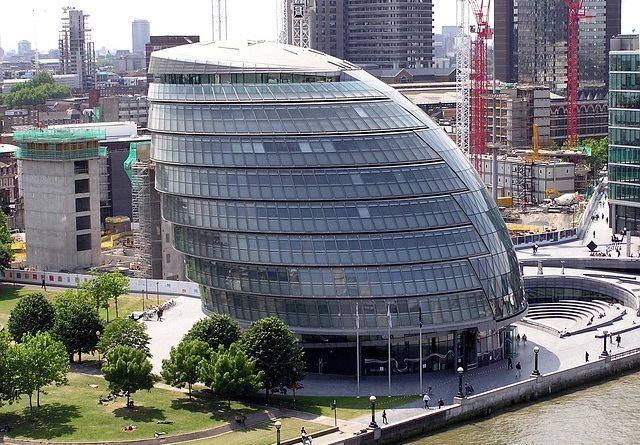 Власти Великобритании ввели штраф в размере £5000 за выезд на отдых за границу