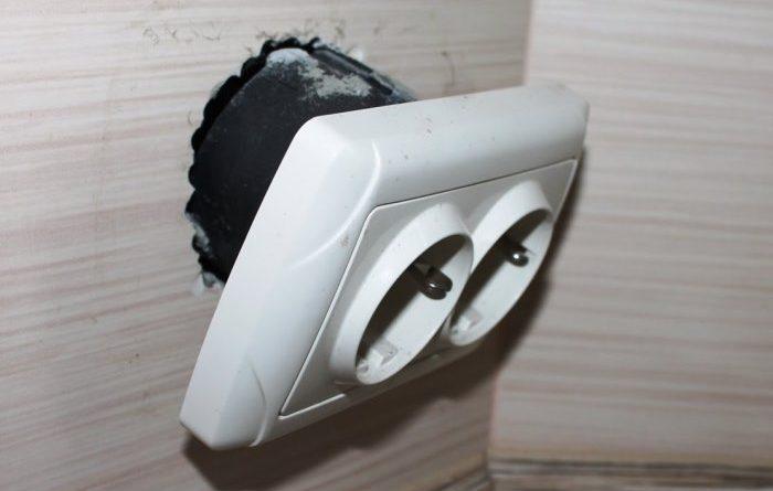 Как отремонтировать выпадающую розетку: нестандартный способ