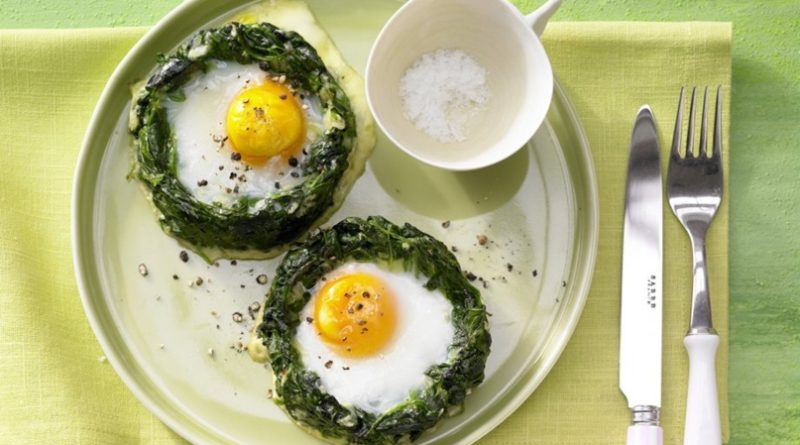 Запеченные «гнезда» из шпината с яичницей