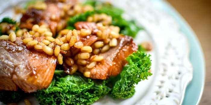 Жареный лосось в соусе терияки с капустой и ячменем