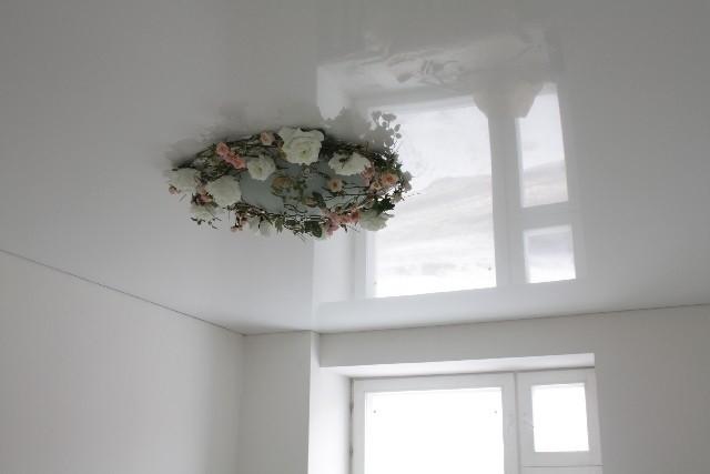 Как ухаживать за белым натяжным потолком