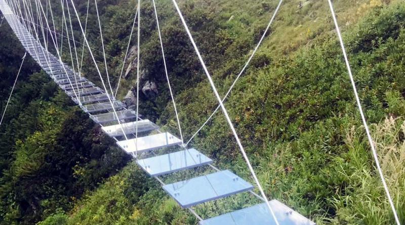 Первый в РФ прозрачный подвесной мост построили в горах в Сочи